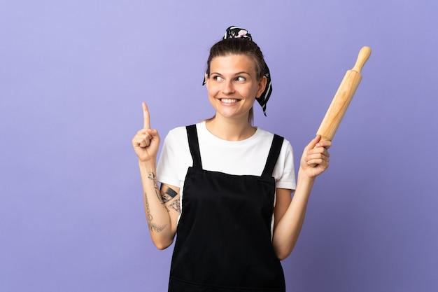좋은 아이디어를 가리키는 보라색 배경에 고립 쿠커 슬로바키아어 여자