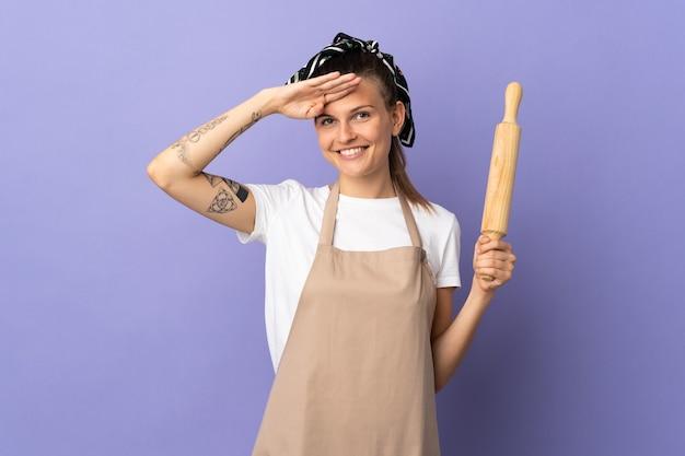 Плита словацкая женщина изолирована на фиолетовом фоне, салютуя рукой с счастливым выражением лица