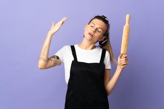 Кухарка словацкая женщина изолирована на фиолетовом фоне с усталым и больным выражением лица