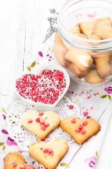 ガラスの瓶にハート型のバレンタインの装飾としてのクッキー