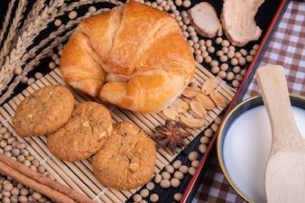 クッキークロワッサンの穀物とミルク