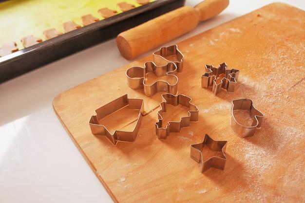 Формочки для печенья на деревянной доске.