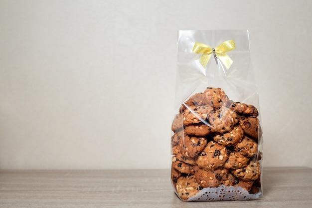 리본 나비 넥타이와 비닐 봉투 포장에 쿠키.
