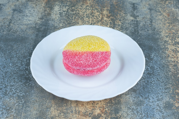 大理石の表面のプレート上の桃の形のクッキー。