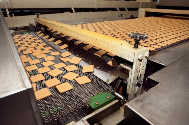 공장에서 쿠키 만드는 기계.