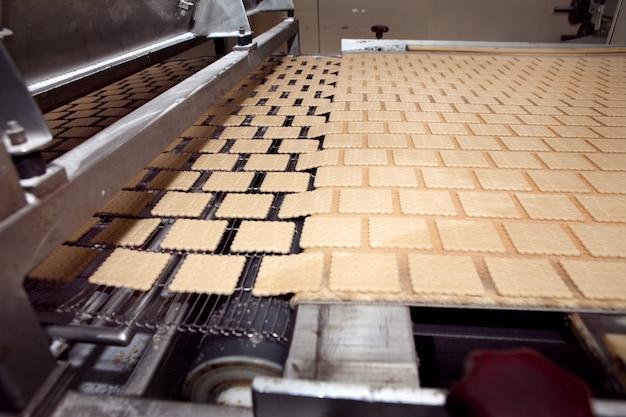 工場内のクッキー製造機。