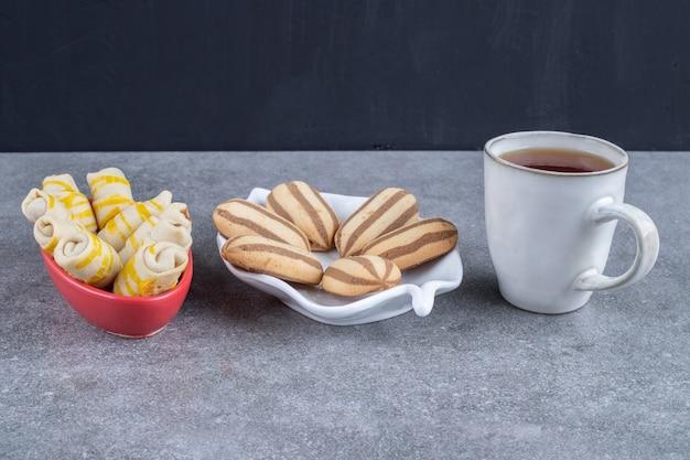 Porzioni di biscotti e una tazza di tè