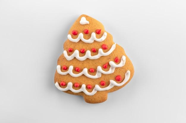 自然な影と白と灰色の背景にクッキーの形をしたクリスマスツリー