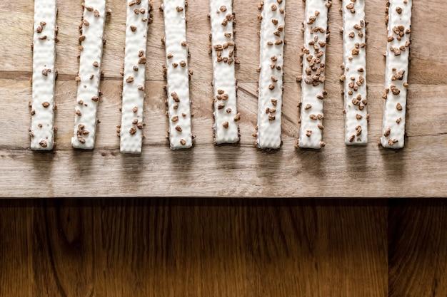 Печенье вафельные в глазури на деревянном столе
