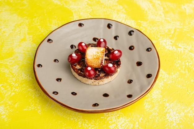 Печенье с кизилом внутри тарелки на желтом