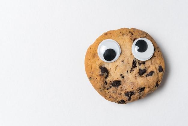 Печенье с гуглицкими глазами и веселым выражением лица. безумное печенье.