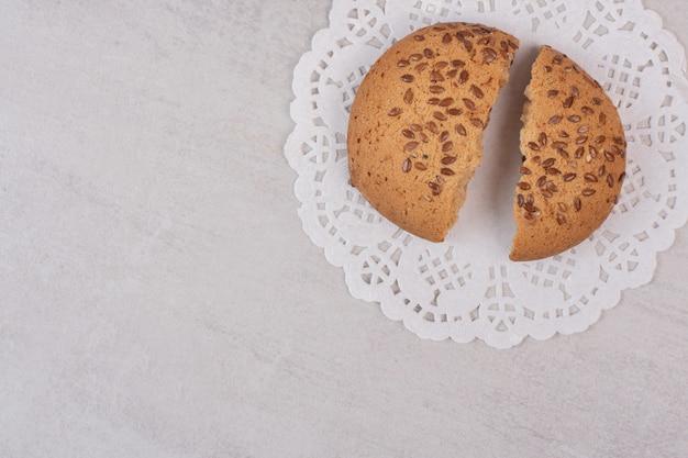 흰색 표면에 참 깨와 쿠키입니다.