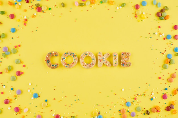 뿌리로 장식 된 달콤한 구운 글자로 만든 쿠키 단어