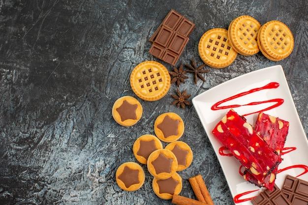 クッキーと灰色のチョコレートのプレート
