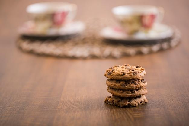쿠키와 흐린 커피 컵