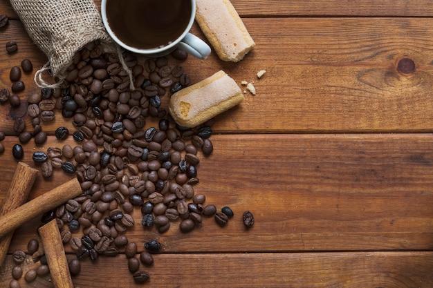 Печенье и корица рядом с кофе