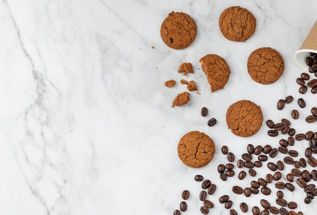 花崗岩のテーブルの背景にクッキーとコーヒー豆、テキスト用のコピースペース、上面図フラットレイ