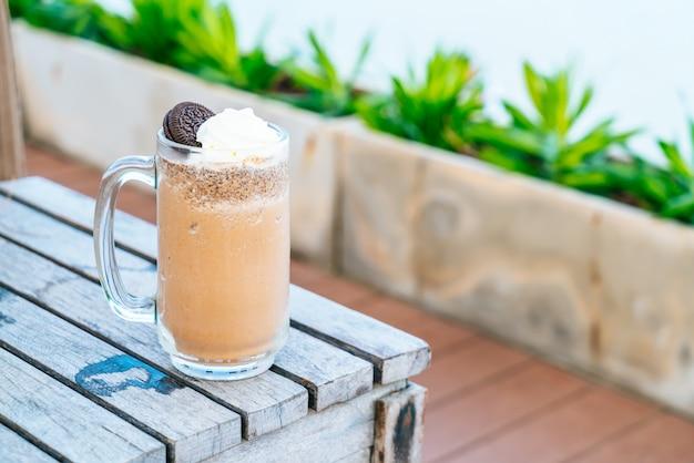 Печенье и сливочно-шоколадный молочный коктейль
