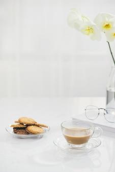 집에서 테이블에 쿠키와 꽃.