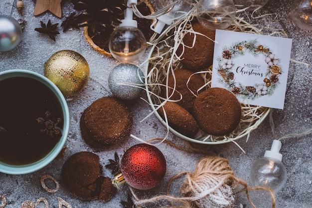 컵 새해 어두운 배경 크리스마스 아늑한 분위기에서 쿠키와 뜨거운 차 커피