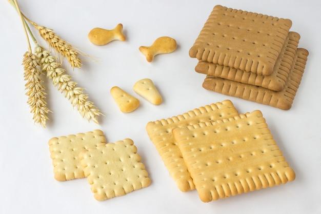 クッキーと白いテーブルに小麦のスパイク