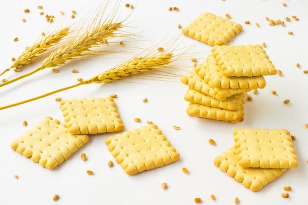 Печенье и колосья пшеницы, зерна пшеницы на белом