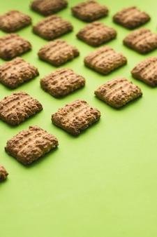 Печенье как узор на зеленом фоне