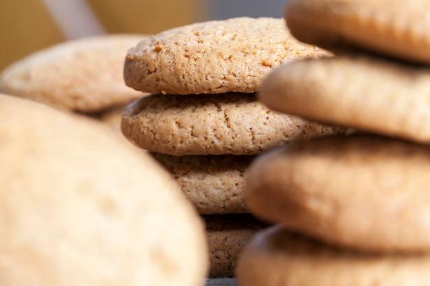 オートミールと小麦粉で焼いたクッキー、砂糖を加えた甘くてカリカリのクッキーではなく、低カロリーのオートミールクッキー