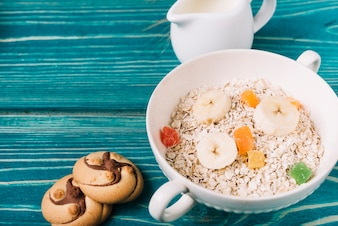 Cookies, bowls of dry oats with banana and jelly toppings
