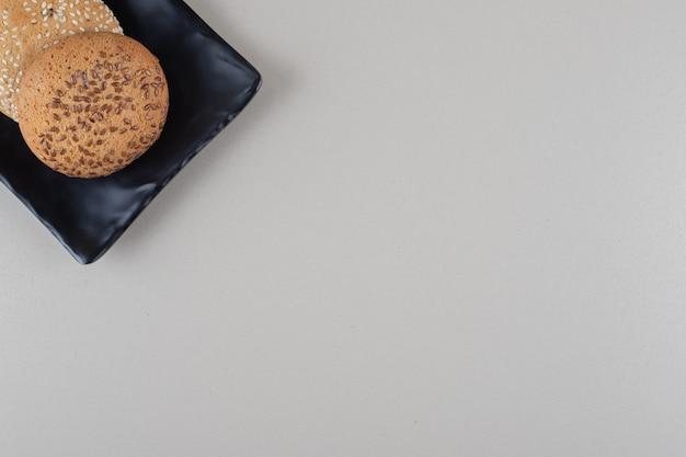 대리석 바탕에 검은 색 플래터에 번들로 제공되는 쿠키.