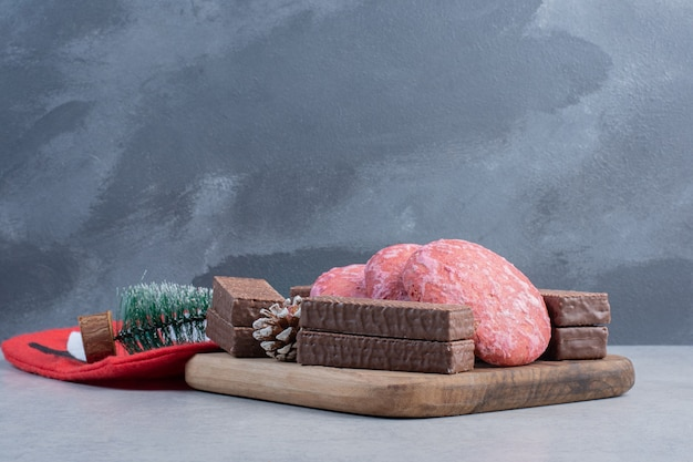대리석 표면에 쿠키, 초콜릿 웨이퍼 및 크리스마스 장식품