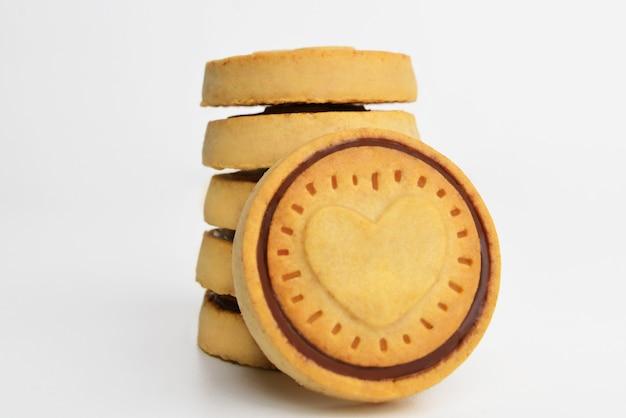 クッキー。クッキーハートはビスケットクッキーを形作ります。甘いパン屋。白い背景の上面図。ベーカリー。