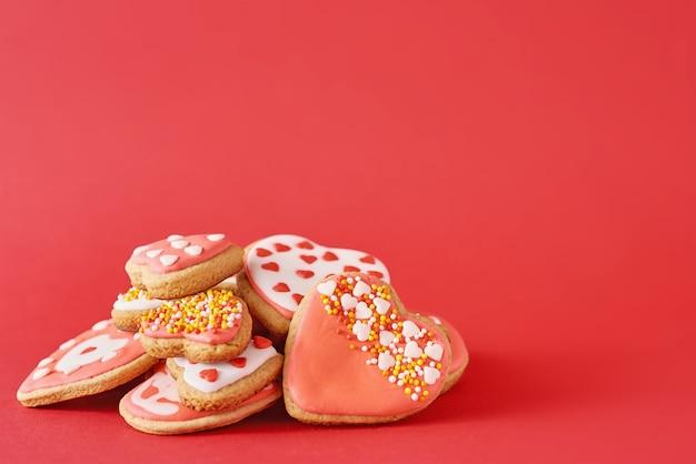 アイシングとスプリンクルで飾られたクッキー