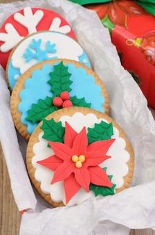 クリスマスをテーマにマジパンで飾られたクッキー