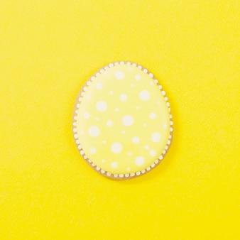 노란색 배경에 쿠키 이스터에 그