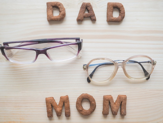 Cookies forming dad and mom with glasses