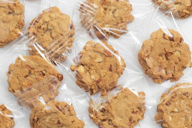白のラップラップパッケージで自家製のクッキー