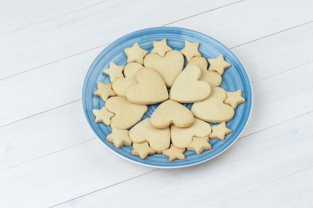 나무 배경에 접시에 쿠키입니다. 높은 각도보기.