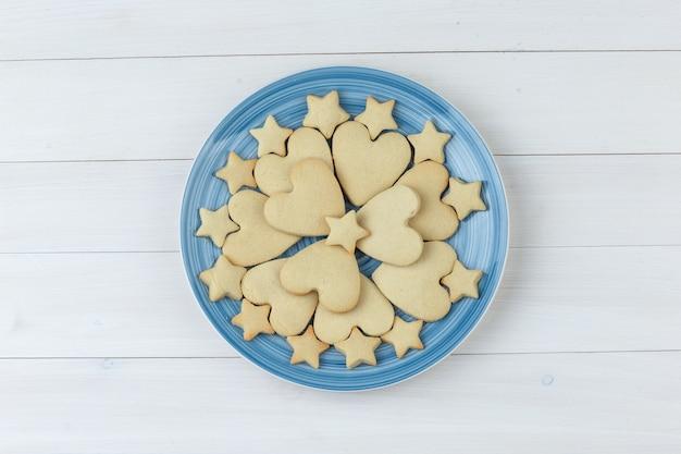 나무 배경에 접시에 쿠키입니다. 평면도.