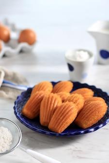 シェルの形のクッキー-テーブルの上のボード上のマドレーヌのクローズアップ