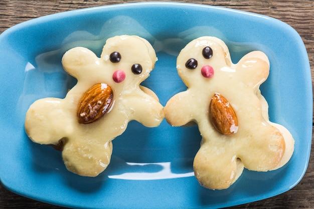 プレート上の面白いキャラクターの形のクッキー