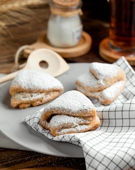 Печенье из песочного теста, посыпанное сахарной пудрой