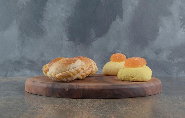 ボード上のクッキー、マーマレード、小さなパン
