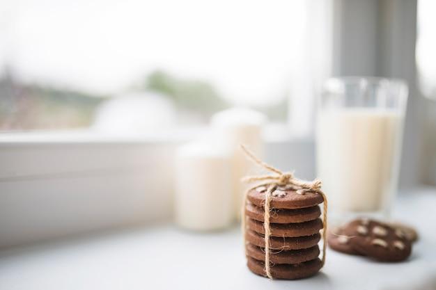 Печенье рядом с стеклом белой жидкости