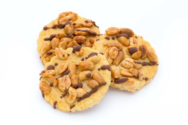 Орехи печенья на изолированной на белой поверхности.