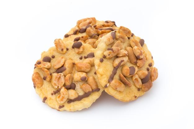 Орехи печенье на изолированном белом