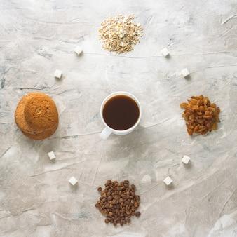 クッキー、オートミール、コーヒー、レーズン、ミルク入り紅茶1杯。イングリッシュブレックファーストのコンセプト
