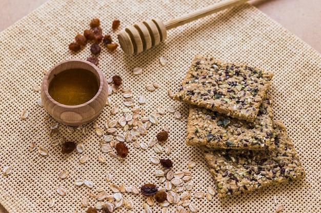 Biscotti e farina d'avena vicino al miele
