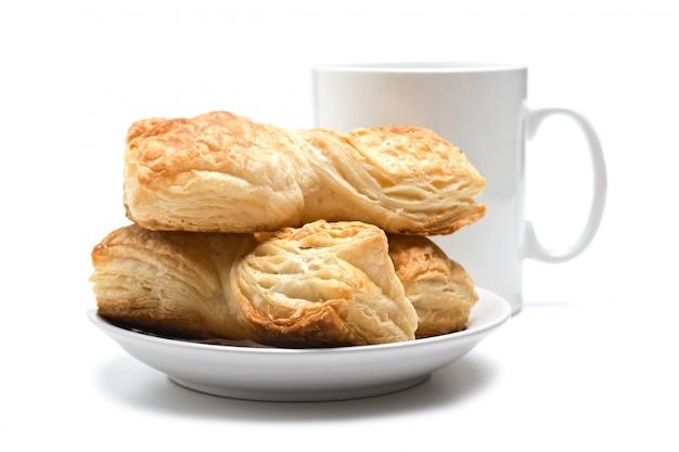 접시와 컵 흰색에 고립 된 쿠키
