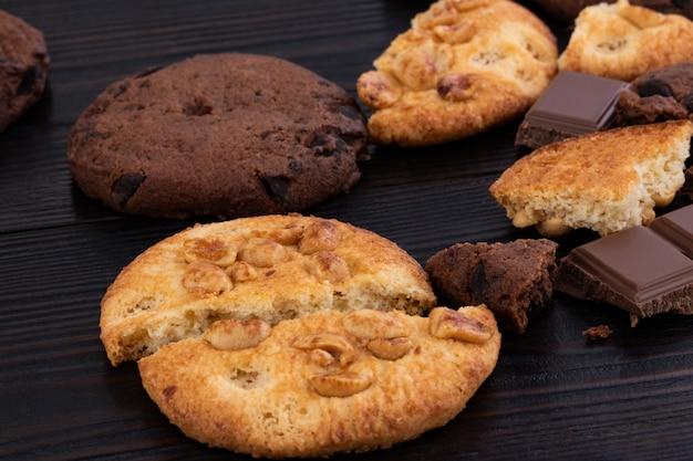 木製のテーブルの上のクッキー